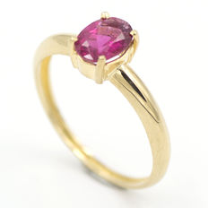 Yellow gold ring with purple-pink tourmaline