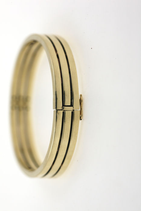 A solid 585 / 14 kt yellow gold bangle