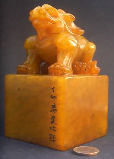 Heavy signed Shoushan Stone stamp – 'Guardian Lion (Foo Dog)' carving – China – 21st century