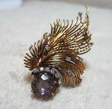 Brooch in 18 kt gold, diamond and amethyst, this leaf comes from the 1960s