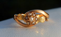Ring with pearl flower on 18 kt yellow and green gold
