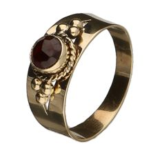 Yellow gold ring set with almandine