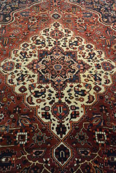 High quality Persian carpet Bakhtiari 300 x 210 cm. Middle of the 20th century