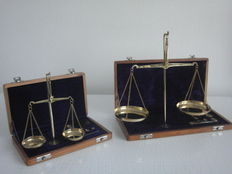 Two Gold/Diamond scales - in wooden box velvet lined