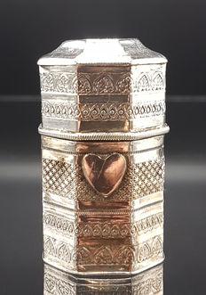 Silver scent box with engravings, Johannes Beeling, Leeuwarden, 1876