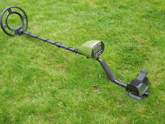 Metal detector Goldhunter Green, with an open waterproof search coil
