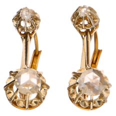 Antique yellow gold dangle earrings, each set with 2 rose cut diamonds including 1 of approx. 0.04 ct and 1 of approx. 0.35 ct (in total ca. 0.39 ct)