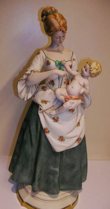 Capodimonte Benacchio - sculpture of a mother with child