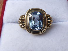 Gold ring in Art Deco style, with blue topaz.