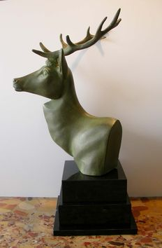 Sculpture of a stylized deer bust 50/60s in Babbitt mounted on bleachers black marble base