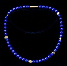 Lapis lazulia necklace and earrings with 18 kt / 750 gold adornments with a white pearl of 4 mm diameter