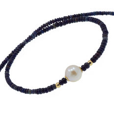 Necklace made of black opals and cultured pearls with trimmings and clasp in 18 kt (750/1000) yellow gold.