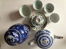 A lot of porcelain teapot, vase, bowl and cups - China - 18th-19th century