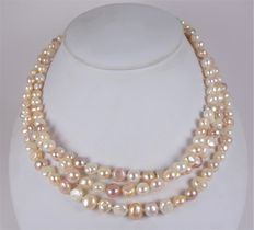 Long pearl necklace in mint condition