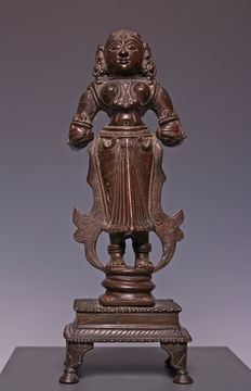 Nice bronze sculpture of a standing lady on a base - India - 19th Century