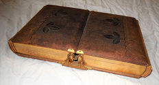 Antique pictures album/family album with gilt edge, leather leaf embossing with 31 photos