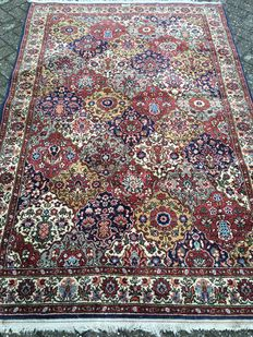 Extremely Fine hand-knotted Arad rug - signed!