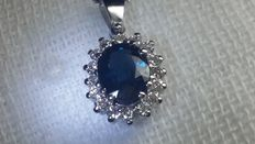 White gold necklace and pendant, with 0.59 ct dark blue IGI certified sapphire, and 0.24 ct diamonds, for a total carat weight of 0.83 ct - No reserve price.