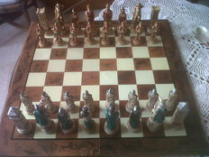 This set of artistic hand-built chess is one of the first faithful reproductions of the Battle of Chalon sur Marne (451 AD), the Roman army led by General Flavio Ezio against the barbarians of Attila.