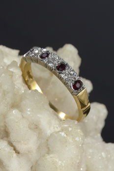 18 kt gold ring with deep red rubies and diamonds *NO RESERVE*