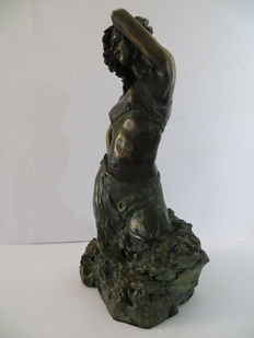 Sculpture of a sensual woman - Paor