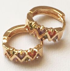 Yellow gold stamped earrings in zigzag pattern with multicoloured spinels
