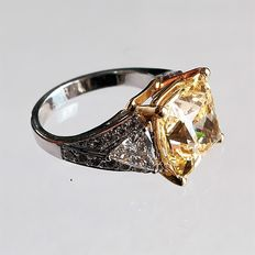 Ring with 1.25 carat diamond and  8.05 carat topaz