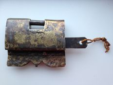 Large antique wrought iron padlock - entirely gilded - open end wrench - 18th century - Asia