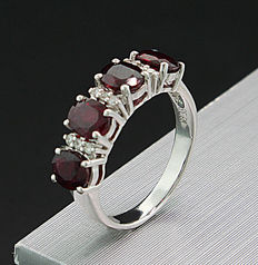 A ruby brilliant ring of  2.40 ct in total, 750 / 18 kt white gold --no reserve price--