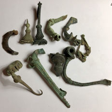 Selection of 10 Roman bronze decorated brooches / fibulae /      30-75 mm (10)