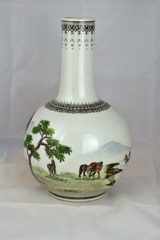 A famille rose porcelain vase - China - late 20th century