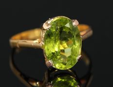 18 kt gold ring set with peridot