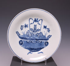 Blue white porcelain plate with a decoration of a flower basket – China – circa 1700 (Kangxi period)