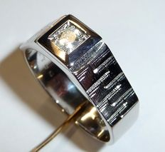 A men's ring with a big solitaire diamond of 0.25 ct. Colour H, size