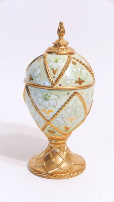 """Collector's egg with music box """"House of Fabergé, Musical Eggs, Lily Madonna """" gold-plated porcelain"""