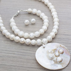 Set of pearl necklace, bracelet and earrings with silver