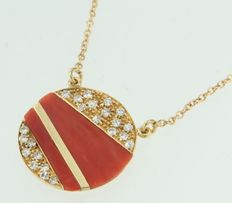 Yellow gold necklace in 18 kt with round centre piece set with coral and diamonds of 0.45 ct; necklace length 38 cm