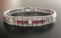 Gorgeous supple, Art Deco-inspired bracelet in 18 kt grey gold, in pavé of graded rubies and diamonds for a total 4.8 ct