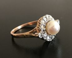 Ring of the 1900s in 18 kt gold, with a central Akoya pearl of 6 mm in diameter and surrounded by diamond roses