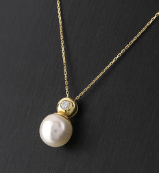 Yellow gold necklace and pendant  with a diamond and an Akoya pearl