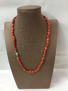 Necklace with natural red coral from Sardinia with clasp in white gold