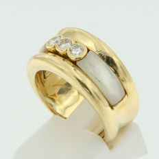 Yellow gold 18 kt ring set with mother of pearl and brilliant cut diamond