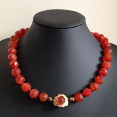 Sturdy necklace with large carneoles and 14 kt gold clasp