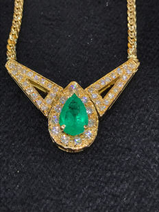 Necklace in 18 kt yellow gold with diamonds and emerald.