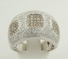 White 14 kt gold ring, set with champagne and white coloured, brilliant cut diamonds.