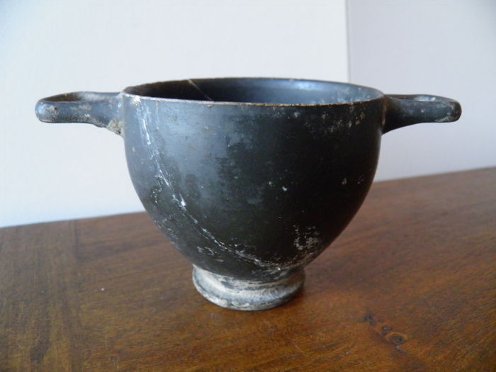 Kylix made of glazed clay with black slip - 7 cm