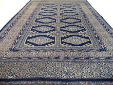 """Bouchara – 147 x 98 cm. – """"Fine knotted Persian rug in good condition"""" –Note: no reserve price, starting at €1,-"""