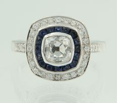 White gold ring, 14 kt, in Art Deco style, set with a central Bolshevik cut diamond and an entourage of sapphires and brilliant cut diamonds, ring size 17.25 (54)