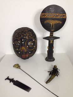 Collection of authentic Ashanti items: Aku'aba doll with child (46cm), large moon mask (30cm), hardwood comb, bronze gunpowder horn, bronze grave marker - Ashanti - Ghana