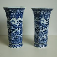 Mosa/L. Regout - Pair of goblet vases in Delft blue with peacocks